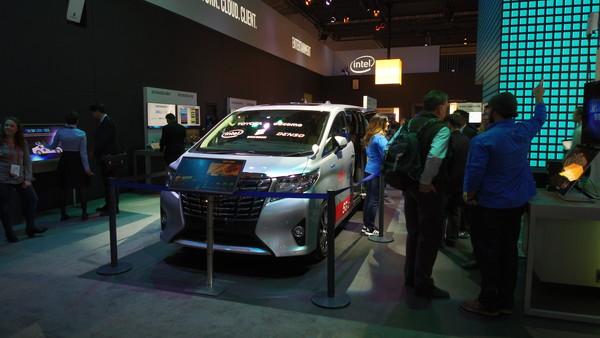INTEL展台上的自动驾驶汽车