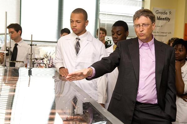 """2010年4月29日,比尔・盖茨拜访位于美国费城的""""科学领导学院""""(Science Leadership Academy)内的一个工程实验室"""