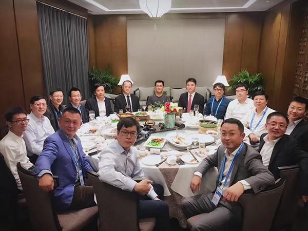 12月3日晚9时许,乌镇西栅景区昭明书舍二层,另一场互联网顶级饭局刚刚开始。