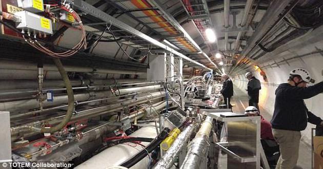 欧洲大型强子对撞机(LHC)的研究人员最近几天表示,他们发现了一种物理学界搜寻了近50年的神秘粒子可能存在的线索。