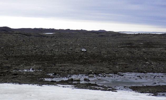 """图中是南极洲荒凉地带""""亚当斯平地"""",实验细菌样本是从这里采集的。最新研究表明,科学家在南极洲发现""""吃空气""""的细菌。"""