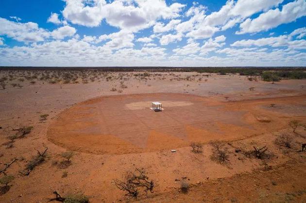 这个位于澳大利亚西部的默奇森射电天文台的射电天线首次探测到宇宙早期的21厘米氢原子辐射信号。