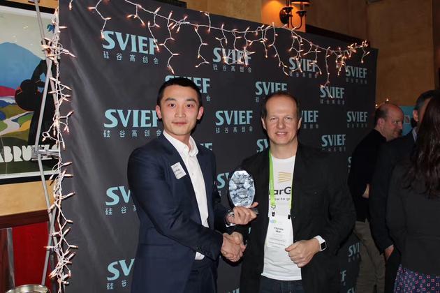 牛犊创投管理合伙人王静远(左)在SVIEF中美创新颁奖晚宴上