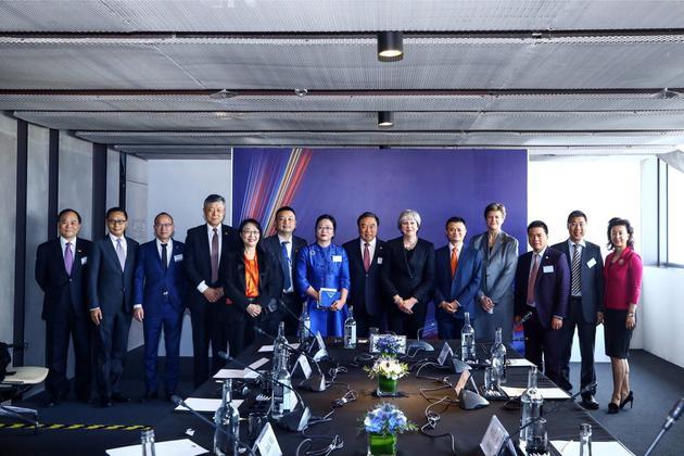 论坛结束后,特蕾莎・梅与马云等中国企业家们合影