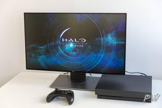 Xbox One X搭配戴尔U2718Q 4K显示屏。