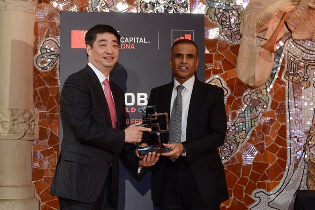 华为轮值CEO胡厚��(左)和GSMA主席、印度Bharti公司创始人兼董事长Sunil Bharti Mittal(右)