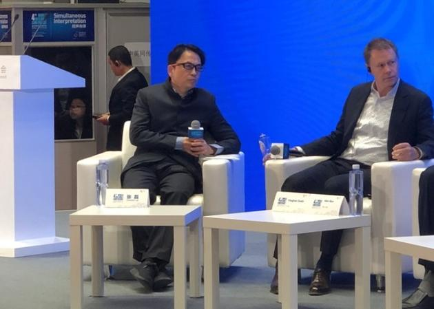 """张磊(左)在第四届 """"世界互联网大会""""的企业家高峰对话――""""互联网时代的新经济""""分论坛上"""