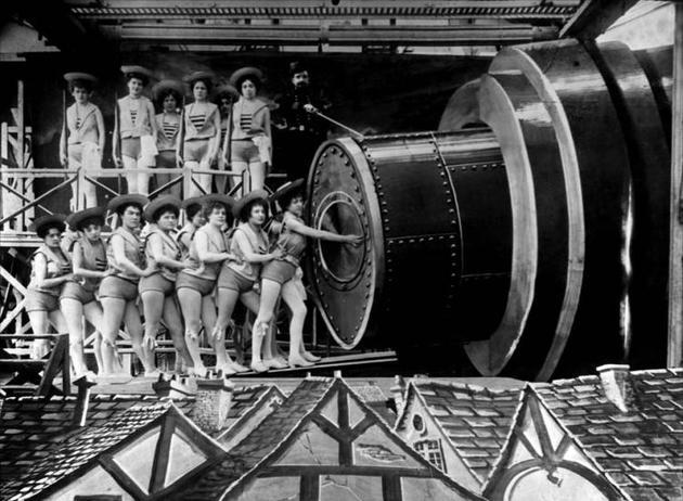 《月球旅行记》里,人们用大炮把宇航员打上天