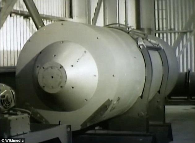 """""""喝彩城堡""""也是美国开展的首次氢弹实验。氢弹是一种极为强大的核武器,利用原子弹引发氢同位素的核聚变,继而迅速释放大量能量,造成大规模杀伤。"""