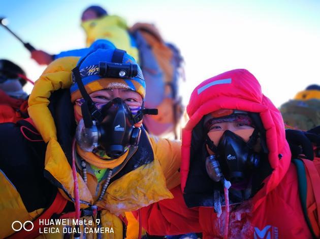攀登珠峰的探险者使用Mate 9合影