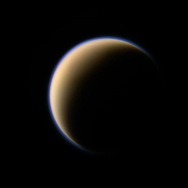 土卫六是土星最大的卫星,也是太阳系内唯一一颗拥有大气层的卫星。今日下午,卡西尼飞船第127次,也是最后一次近距离飞掠土卫六开展考察,在此过程中利用土卫六引力改变轨道,正式开启其生命的最后旅程
