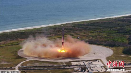 资料图:美国太空探索技术公司(Space X)12月15日于佛罗里达州卡拉维拉尔角(Cape Canaveral)空军基地发射一枚火箭。这是该公司首次使用回收的火箭和飞船为美国宇航局(NASA)向国际空间站(ISS)输送补给物资。