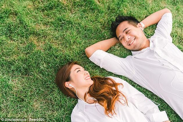 """此前的研究认为这种现象与记忆偏差、肉体吸引力、以及莫名的痴迷有关。这些因素会导致人们回顾往事时,认为两人""""一见就来电""""。"""