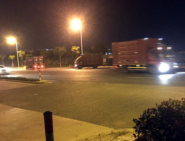 顾唐路空地入夜后,箱式货车频繁进出。