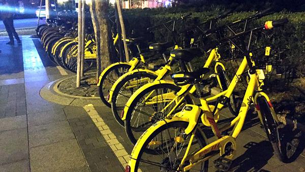 """""""共享单车禁投两个多月了,申城的街头怎么还能看到成排的新小黄车?"""""""