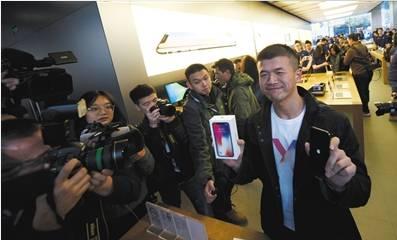 ▲11月3日,苹果三里屯直营店购买苹果手机的顾客。图片来自@新京报