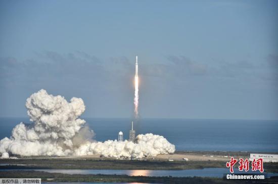 当地时间2月6日,太空探索公司SpaceX试射的猎鹰重型火箭已成功发射升空,将把一辆特斯拉跑车送入绕太阳飞行的轨道。