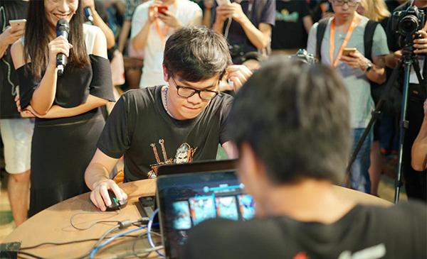 柯洁在ChinaJoy上玩昆特牌连战连捷。