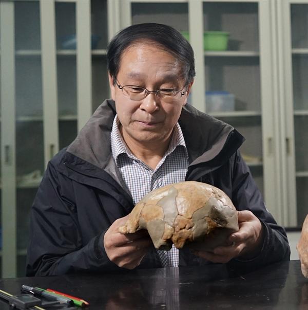 许昌人发现者李占扬和许昌人头骨模型